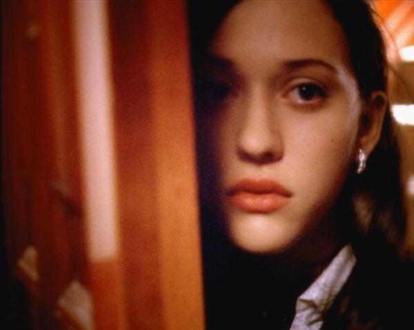 Bild 1 von 7: Sarah Endecott (Kat Dennings) entkommt dem blutigen Massaker im Haus ihrer Eltern - Schicksal oder Berechnung?