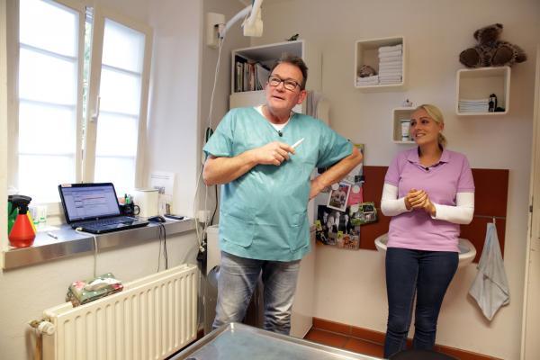 Bild 1 von 14: Der Nächste, bitte! Tanja (r.) und Dr. Herbert Dreesen (l.) warten auf den nächsten tierischen Patienten ...