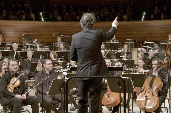 Bild 1 von 3: Der Komponist Alexandre Desplat dirigiert das Orchestre National de France; unter anderem spielt es seine Stücke für die Filme \