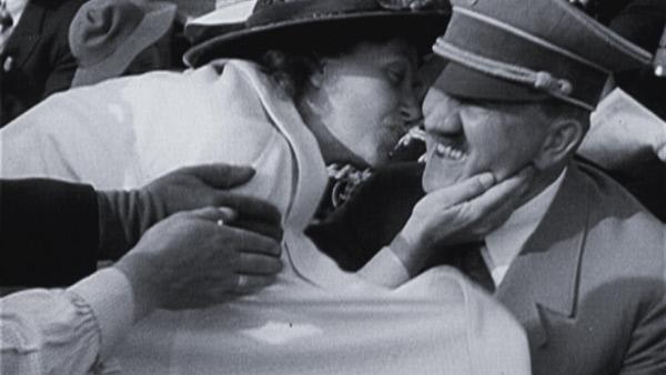 Bild 1 von 2: Frau küsst Hitler auf die Wange.