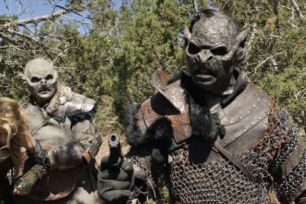 Bild 1 von 5: Die wilden Orcs haben es auf Johns Truppe abgesehen. Um die drohende Invasion abzulenken, rüsten sich John und seine neuen Freunde für den Kampf.
