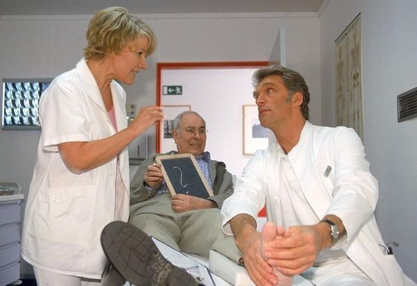 Bild 1 von 6: Nikola (Mariele Millowitsch) vermittelt zwischen taubstummen Patienten (Karl-Friedrich Gerster, Mi.) und schwierigem Arzt (Walter Sittler).