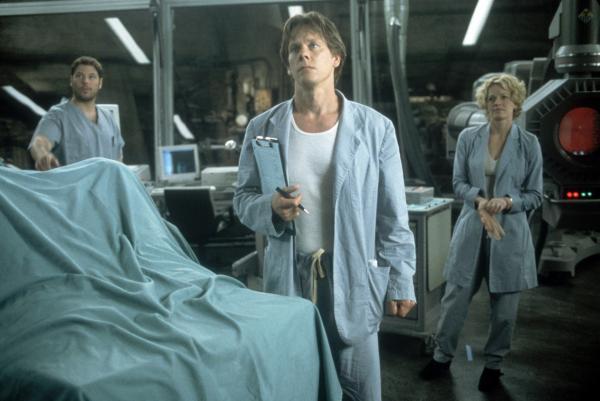 Bild 1 von 3: Der Wissenschaftler Sebastian Caine (Kevin Bacon, M.) arbeitet mit seinen Kollegen Carter Abbey (Greg Grunberg) und Linda McKay (Elisabeth Shue) an einem Serum, das Lebewesen unsichtbar machen soll.