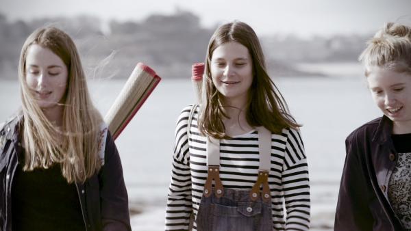 Bild 1 von 6: Caroline Dickinson mit ihren Freundinnen auf Klassenfahrt.