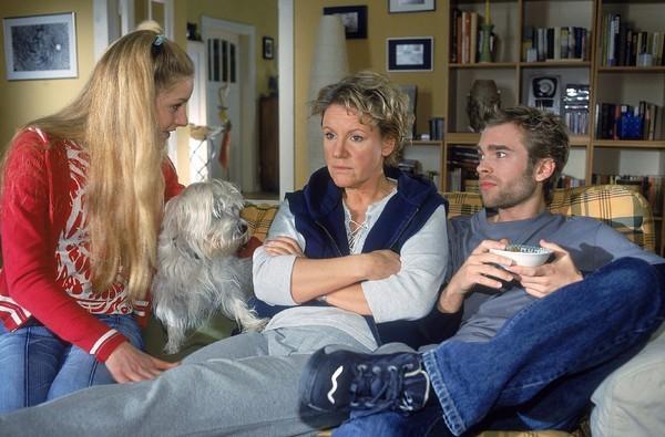 Bild 1 von 8: Nikola (Mariele Millowitsch, Mi.) verlottert zusehends. Peter (Eric Benz) findet es gut, Stefanie (Friederike Grasshoff) dagegen redet ihrer Mutter ins Gewissen, sich nicht unterkriegen zu lassen...