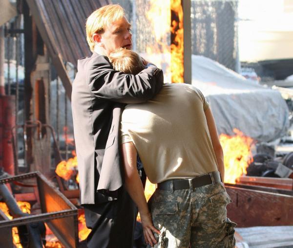 Bild 1 von 11: Horatio (David Caruso, l.) kümmert sich um seinen Sohn Kyle (Evan Ellingson), der völlig verzweifelt glaubt, dass sein Freund Brian in dem Feuer ums Leben gekommen ist.