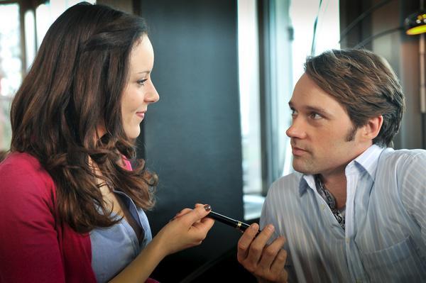 Bild 1 von 11: Als wohlhabender Lockvogel hat sich Mattes (Matthias Schloo, r.) in einem Café mit der vermutlichen Täterin Anna Güttel (Jasmin Wagner, l.) zu einem Blind Date verabredet.