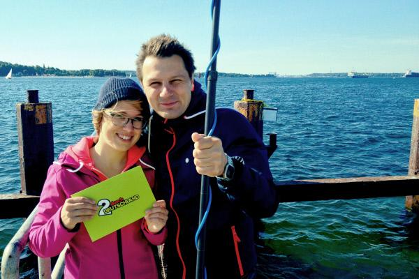 Bild 1 von 1: Die Reporter Esther Brandt (links) und André Gatzke auf Schnitzeljagd an der Küste in Schleswig-Holstein.
