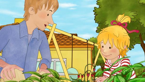 Bild 1 von 5: Conni und Papa freuen sich über Wilderdbeeren.