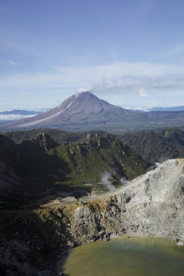 Bild 1 von 2: Im Jahr 2010 ist der Vulkan Sinabung nach 400 Jahren wieder erwacht.