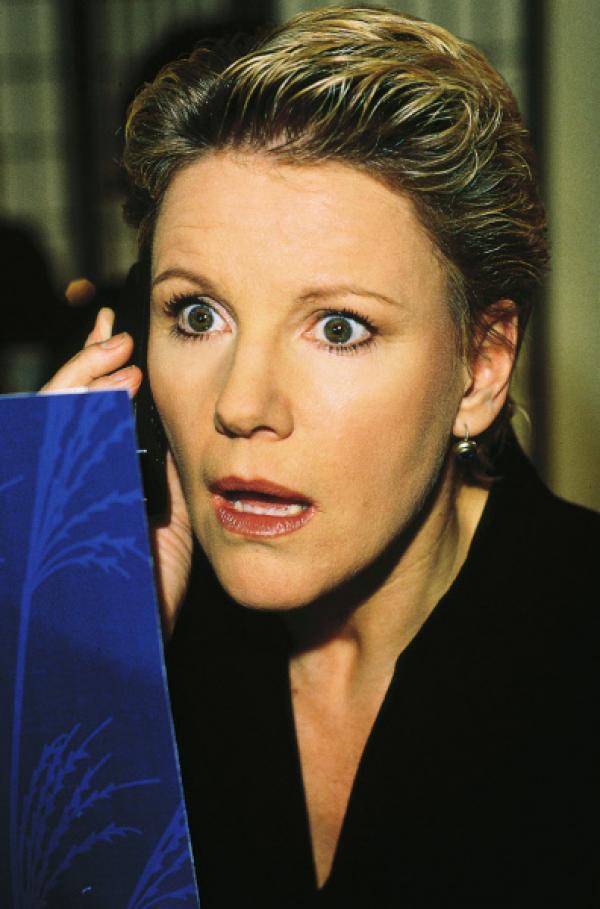 Bild 1 von 5: Nikola (Mariele Millowitsch) wartet im Restaurant auf ihr 'Blind Date' mit einem Kandidaten einer Kontaktanzeige. Doch wer kommt da zur Tür herein?