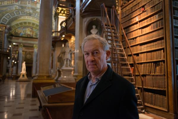 Bild 1 von 4: Presenter Simon Schama in der Österreichischen Nationalbibliothek in Wien.