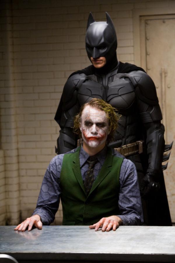 Bild 1 von 1: Noch ahnt Batman (Christian Bale, hinten) nicht, dass der Joker (Heath Ledger, vorne) ein echt fieses Ass im ?rmel hat ...