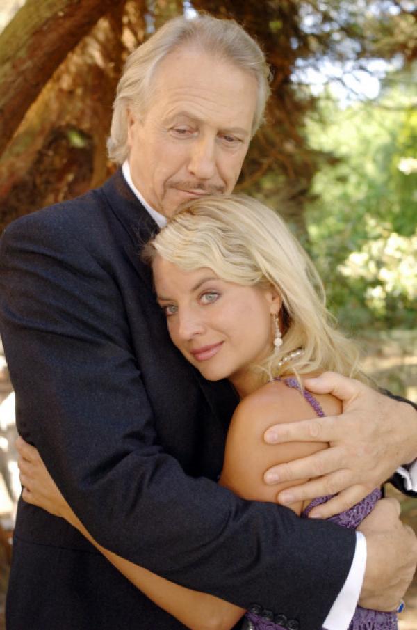 Bild 1 von 10: Frederik (Rainer Schöne) und seine Tochter Emily (Katrin Weisser) haben sich nach langen Jahren ausgesprochen und versöhnt.