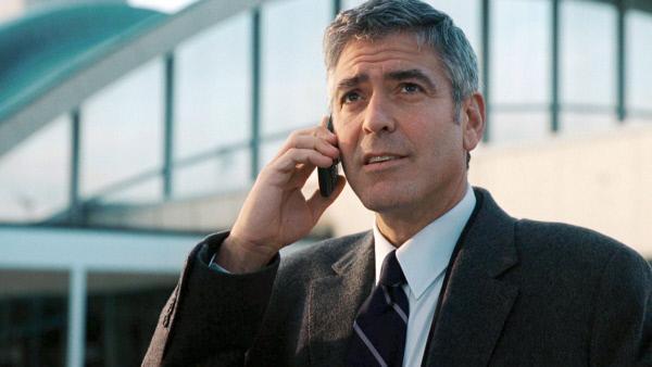 Bild 1 von 6: Ryan Bingham (George Clooney) hat einen außergewöhnlichen Job: Er fliegt permanent quer durch die USA und feuert Mitarbeiter in Unternehmen, deren Chefs selber nicht den Mut dazu haben.
