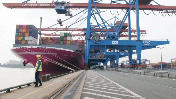 Bild 1 von 5: ZDF-Autor Hannes Vogel an einem Anlegekai im Hamburger Hafen.