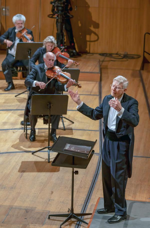 Bild 1 von 4: Das Lucerne Festival Orchestra spielt unter der Leitung von Herbert Blomstedt (re.).
