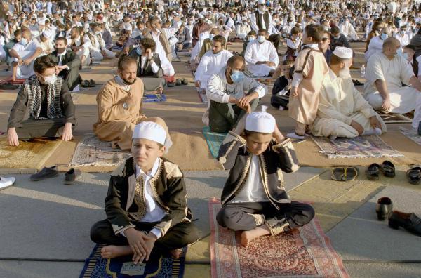 Bild 1 von 3: Jungen und Männer versammeln sich in Tripolis zum gemeinsamen Gebet.