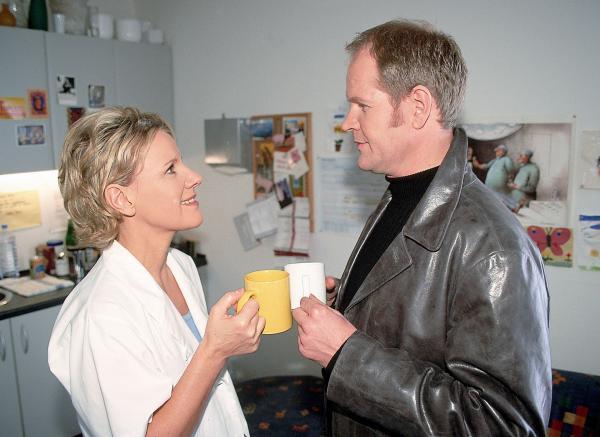 Bild 1 von 9: Nikola (Mariele Millowitsch) und Erik (Guntbert Warns), der neue Verwaltungsdirektor, kommen sich näher...