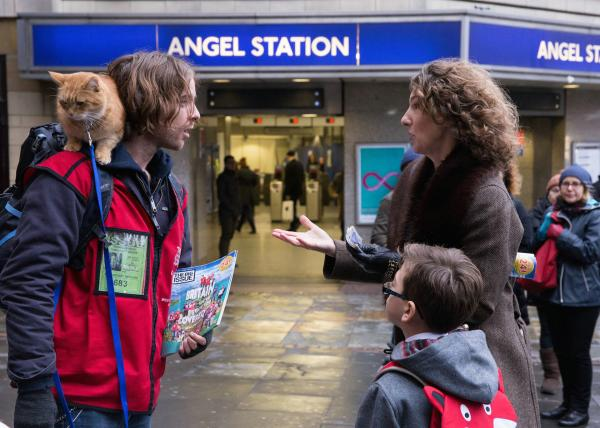 Bild 1 von 5: James (Luke Treadaway) verkauft auf der Straße die Odachlosenzeitung \