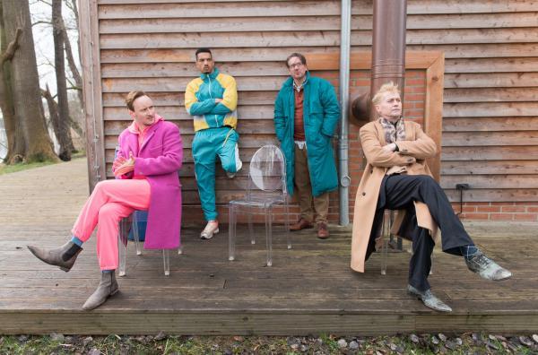 Bild 1 von 9: Männer-Therapiegruppe: Julian Trott (Sebastian Brandes, l.), Kobe Müller (Karim Ben Mansur, 2. v. l.), Ferdinand (Steffen C. Jürgens, 2. v. r.) und Ralf (Nikolaus Kühn, r.).
