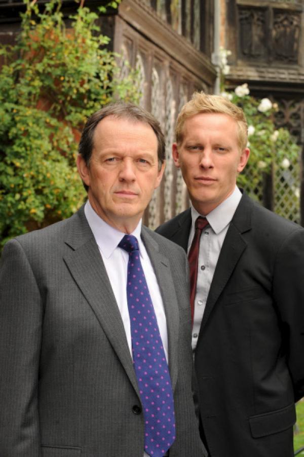 Bild 1 von 8: Inspector Lewis (Kevin Whately, l.) und Sergeant Hathaway (Laurence Fox, r.) haben es mit einem Mord unter Quizkandidaten zu tun. Die Antwort auf die entscheidende Frage bleiben die Verdächtigen bislang schuldig.