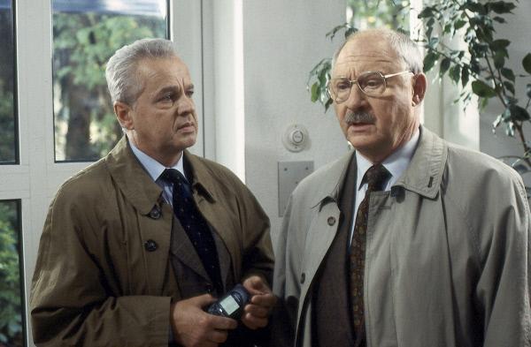 Bild 1 von 1: Kress (Rolf Schimpf, r.) und Heymann (Michael Ande, l.) im Haus des ermordeten Wolfgang Fiebig - war Geld das Motiv für die Bluttat an dem Geschäftsmann?