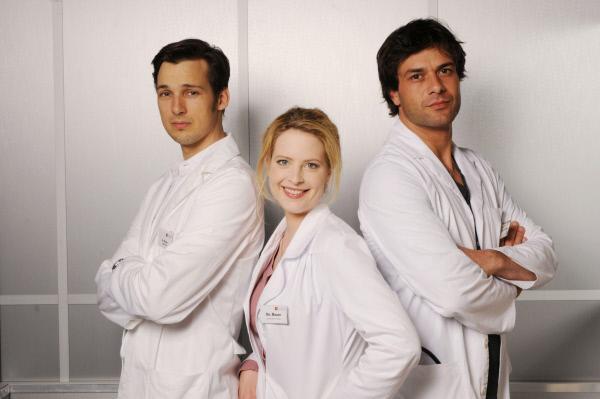 Bild 1 von 16: Auch in der zweiten Staffel von 'Doctor's Diary' kämpft sich Dr. Gretchen Haase (Diana Amft) wieder durch den spannenden Klinikalltag und rettet fleißig Leben. Gegen Liebeskummer hat sie allerdings noch kein Medikament gefunden. Denn immer noch muss sie sich zwischen dem großschnäuzigen Macho-Oberarzt Dr. Meier (Florian David Fitz, li.) und dem charmanten Gynäkologen Dr. Kaan (Kai Schumann) entscheiden.