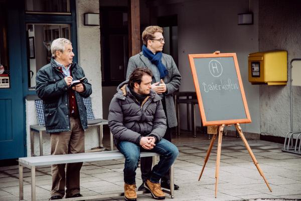 Bild 1 von 4: Brandl will noch nicht wahrhaben, dass sein Mitfahrbankerl nicht richtig funktioniert. Von links: Michael Gerstl (Gerd Lohmeyer), Florian Brunner (Tommy Schwimmer) und Pfarrer Simon Brandl (Ferdinand Schmidt-Modrow).