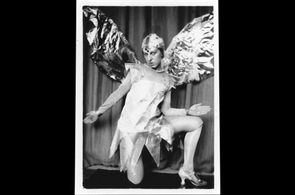 Bild 1 von 4: Claude Cahun fotografierte und spielte in ihren surrealistischen Selbstporträts mit Geschlechterrollen und Identitäten. Sie  schuf Collagen, spielte in surrealistischen Theaterstücken und vieles mehr.