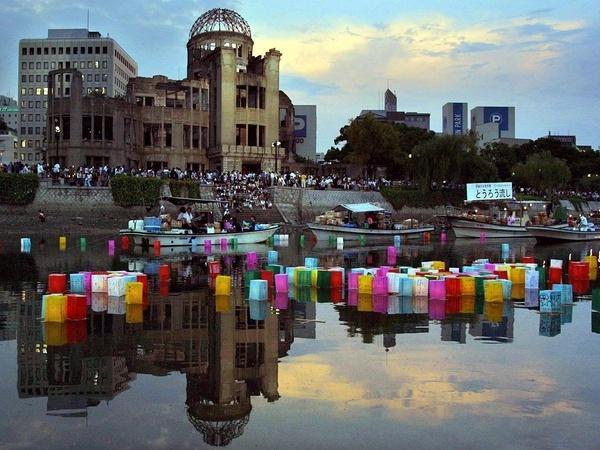 Bild 1 von 3: Alljährlich zum Gedenktag an den US-Atombombenangriff, am Abend des 6. August, setzen die Einwohner von Hiroshima Lampions auf den Fluss. Jedes steht für die Seele eines der Toten.