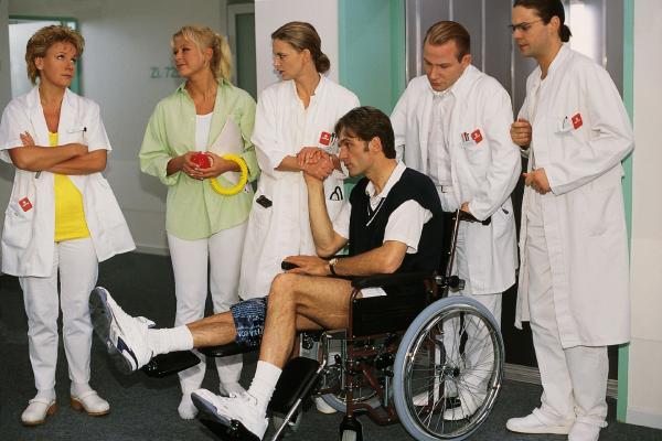 Bild 1 von 7: Dr. Schmidt (Walter Sittler, vorne), der sich beim Tennisspielen verletzt hat, hält seine Kollegen nun als Patient auf Trab (v.li.: Mariele Millowitsch, Jenny Elvers, Kerstin Thielemann, Roland Jankowsky, Alexander Schottky).