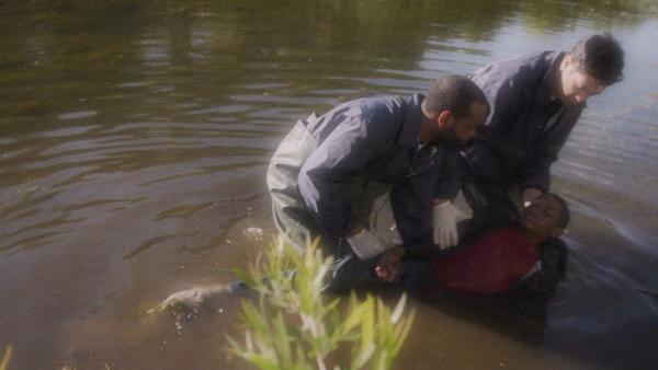 Bild 1 von 3: Im April 1985 verschwindet der elfjährige Alan Brown spurlos aus seinem Zuhause in Flint, Michigan. Seine Familie sowie der ganze Ort suchen nach dem Jungen. Als die Ermittler die Leiche in einem Fluss finden, beginnt die verzweilfelte Suche nach seinem Mörder ...