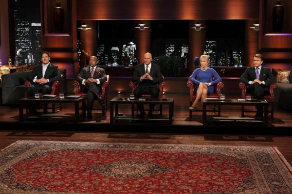 Bild 1 von 1: Von li. nach re.: Mark Cuban, Daymond John, Kevin O'Leary, Barbara Corcoran, Robert Herjavec
