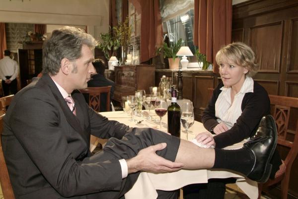 Bild 1 von 9: Nach dem Erik und seine Freundin das Lokal verlassen haben, kümmert sich Nikola (Mariele Millowitsch) um Schmidts (Walter Sittler) Schienbein, das einen Tritt abgekommen hat.