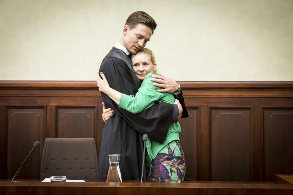 Bild 1 von 8: Maximilian (August Wittgenstein) und Jenny (Birte Hanusrichter).