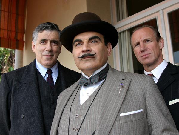 Bild 1 von 25: Elliott Gould (Rufus Van Aldin), David Suchet (Hercule Poirot), Nicholas Farrell (Knighton).