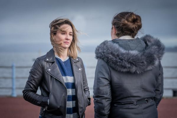 Bild 1 von 3: Jess Meredith (Chanel Cresswell) und Lisa Armstrong (Morven Christie) sprechen sich aus.