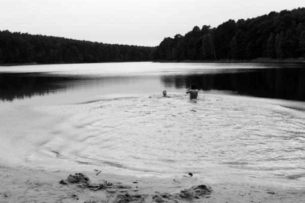 Bild 1 von 5: Ronja mit Philosoph Milosz Paul Rosinski in der Brandenburger Wildnis -- zwei Stadtkinder, die ihre Sehnsucht nach einem wilden Leben mit einem Ausflug in die Natur stillen wollen