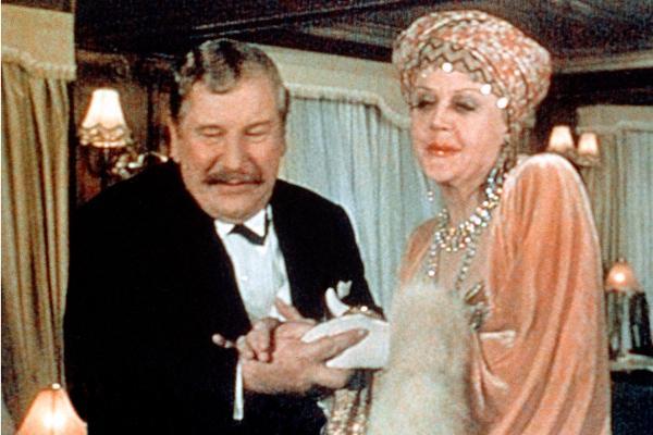 Bild 1 von 7: Der belgische Meisterdetektiv Hercule Poirot (Peter Ustinov) macht die Bekanntschaft von Salome Otterbourne (Angela Lansbury).