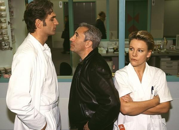 Bild 1 von 8: Nikola (Mariele Millowitsch) ist fassungslos. Tewes (Robert Giggenbach, M.) streitet sich, trotz ihrer Bitte es nicht zu tun, mit Schmidt (Walter Sittler).