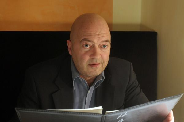 Bild 1 von 5: Otto (Florian Martens) hat eine Verabredung mit einer Zeugin.
