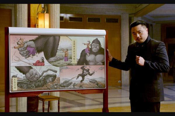 """Bild 1 von 1: Der Große Kommandant (Christophe Tek) präsentiert stolz seine Idee für eine patriotische Neuauflage von ?""""King Kong""""?."""