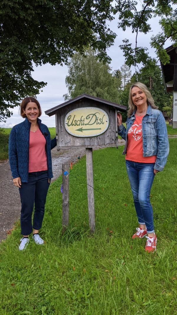 Bild 1 von 6: In Großeglsee am ehemaligen Wohnort von Uschi Disl: Uschi Disl (links) und Marianne Kreuzer.