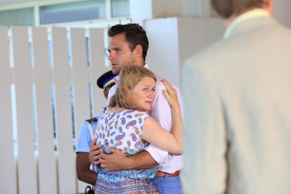 Bild 1 von 13: Simon (Leo Staar) und Ivy (Rosie Cavaliero) trauern um die verstorbene Jenny. Simon wollte schon bald mit Jenny vor den Traualter treten, doch nun bleibt ihm nichts als der Schmerz über ihren frühen Tod.