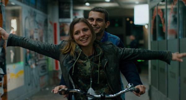 Bild 1 von 11: Sonia (Svenja Jung) zieht zum Studieren nach Berlin. Schnell verliebt sie sich in Stadt, rauschende Nächte und in Ladja (Mateusz Dopieralski), einen hinreißenden Faulpelz.