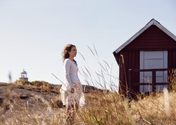 Bild 1 von 5: Um dem Ärger zuhause zu entkommen, zieht Nora (Alexandra Rapaport) sich zurück.