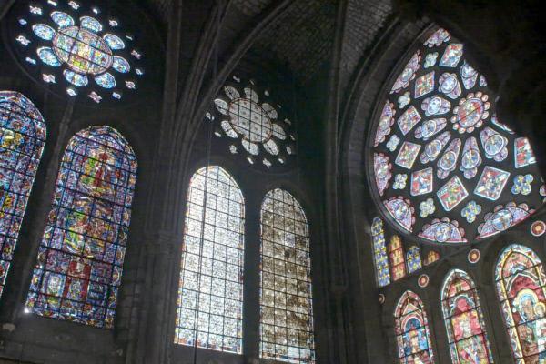 Bild 1 von 2: Die Kathedrale von Chartres überstand Kriege und Revolutionen nahezu unbeschädigt und gilt daher heute als das besterhaltene gotische Bauwerk Frankreichs.