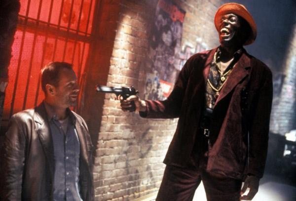 Bild 1 von 10: Der ehemalige CIA-Sicherheitsbeamte Joe (Bruce Willis, l.) hat schon bessere Tage gesehen: Der Straßenräuber (Badja Djola, r.) muss sich über ihn fast totlachen ...