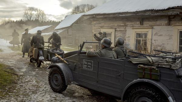 Bild 1 von 2: Deutsche Soldaten besetzen Dorf vor Leningrad.